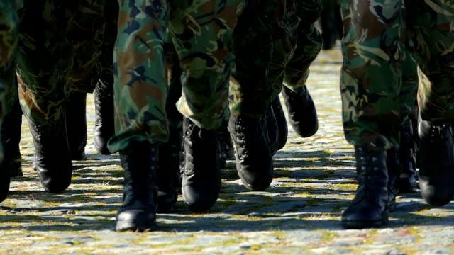 vídeos y material grabado en eventos de stock de soldados marchando-slowmotion - brigada