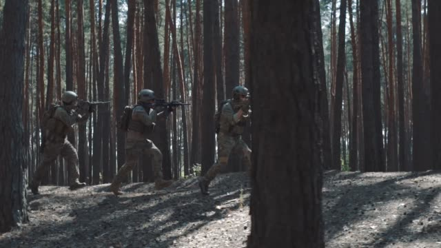 soldiers of the us army are running to attack in a smoky forest - wojna filmów i materiałów b-roll