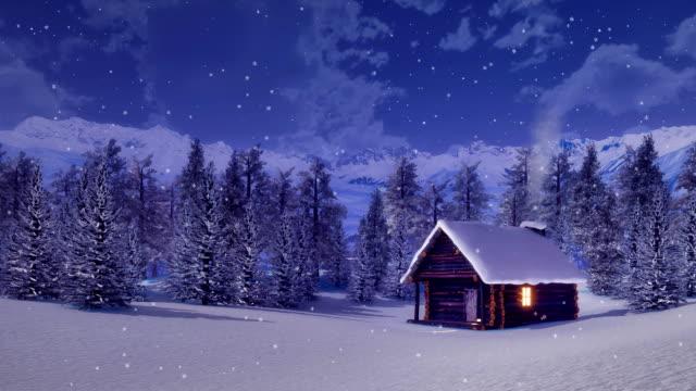 einsame berghütte bei schneefall winternacht - blockhütte stock-videos und b-roll-filmmaterial