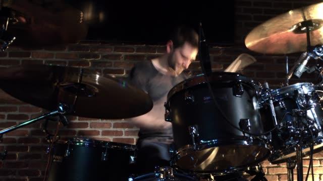 solo drummer in motion performance - solo un uomo giovane video stock e b–roll