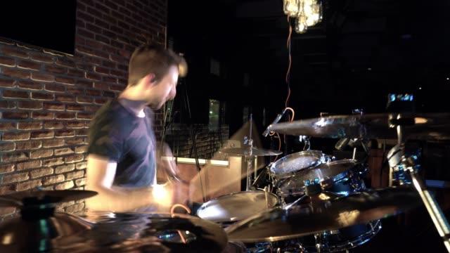solo trummisen i rörelse prestanda - trumset bildbanksvideor och videomaterial från bakom kulisserna