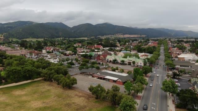 vídeos de stock e filmes b-roll de solvang california danish town aerial - uva shiraz
