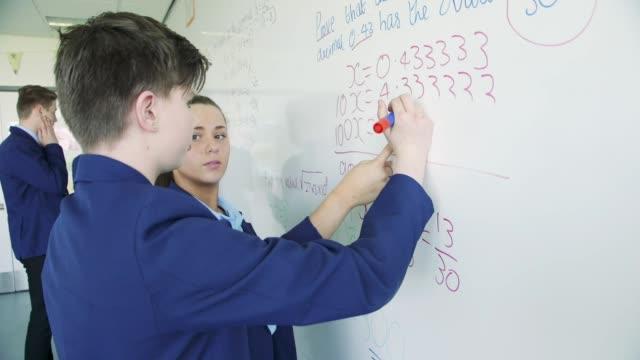 vidéos et rushes de résoudre une équation mathématique - lycée