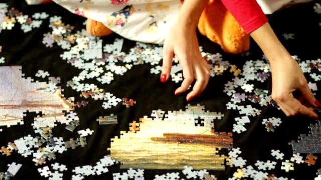 stockvideo's en b-roll-footage met solving puzzle - legpuzzel