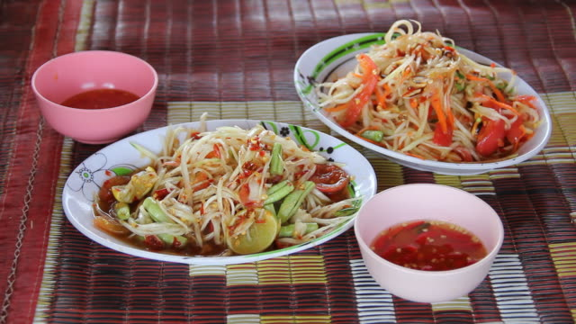 som tam, sałatka z papai, pikantne tajskie żywności. - tajska kuchnia filmów i materiałów b-roll