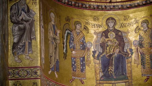パレルモ シチリア イタリアの教会のステンド グラスの天井上の画像の一部 - モンレアーレ点の映像素材/bロール