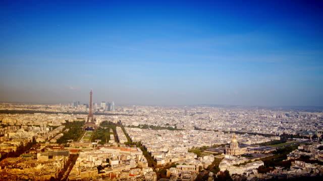Des scènes de tous les jours, vue panoramique sur Paris depuis le toit - Vidéo