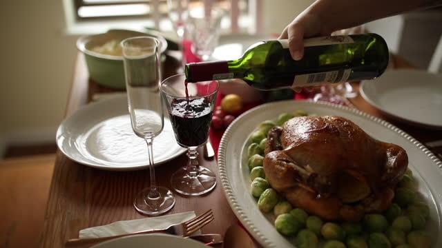 vídeos de stock e filmes b-roll de some wine to go with our delicious feast - jantar assado