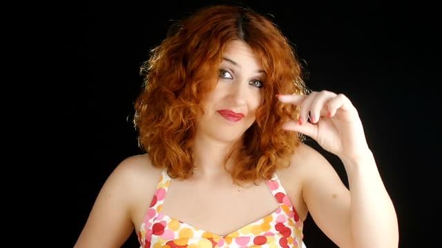 qualcosa è troppo corto, né troppo piccola :  donna che fa un gesto di indicare mancanza - bassino video stock e b–roll