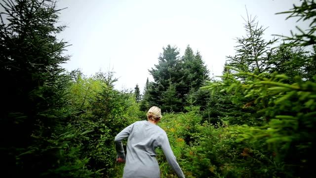что-нибудь от кого-то running после женщина в одиночку в лесу - сбежавший из дома стоковые видео и кадры b-roll