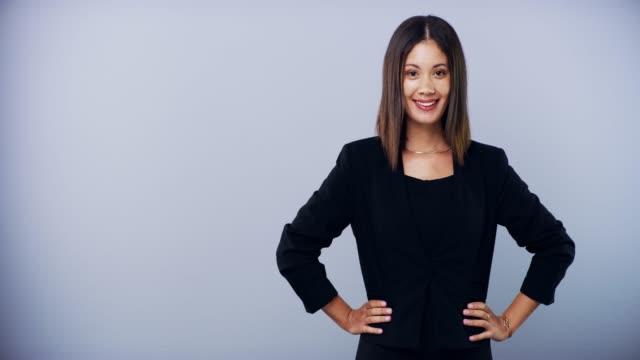 あなたのビジネスを改善するための何か - 指差す 女性点の映像素材/bロール