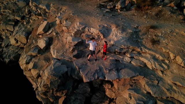 息子と父岩の崖の上 - 息子点の映像素材/bロール