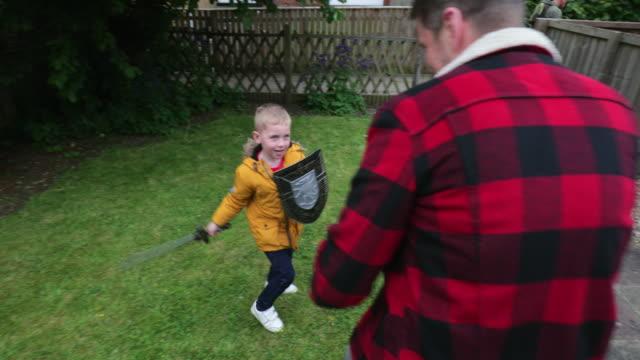 兒子在外面和他的父親一起玩耍 - sword 個影片檔及 b 捲影像