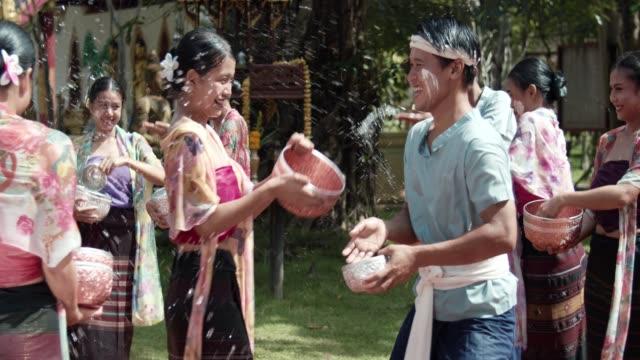 stockvideo's en b-roll-footage met songkran, boeddhistische nieuwjaar festival in thailand - oost aziatische cultuur