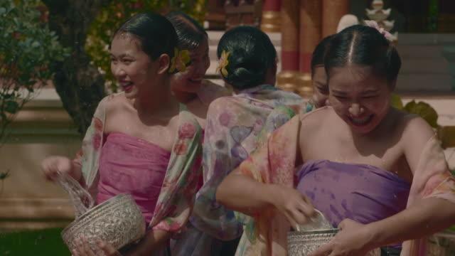 vídeos de stock, filmes e b-roll de dia de songkran - ano novo budista