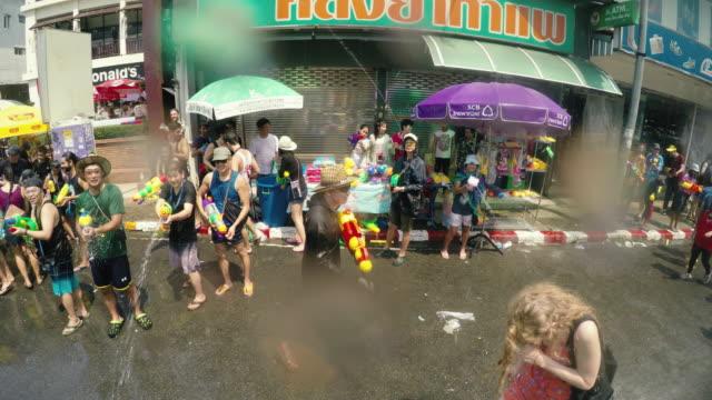 vídeos de stock, filmes e b-roll de songkran festival ou festival da água tailandês, ou ano novo, chiang mai, tailândia. - ano novo budista