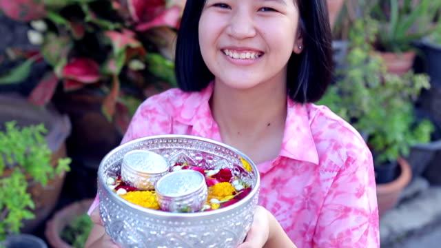 vídeos de stock, filmes e b-roll de songkran festival - ano novo budista