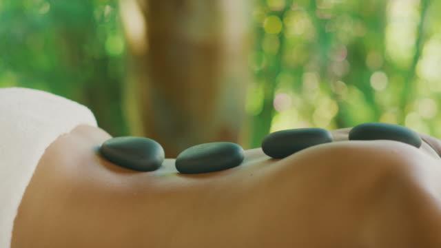 kojący masaż gorącymi kamieniami - zabieg spa filmów i materiałów b-roll