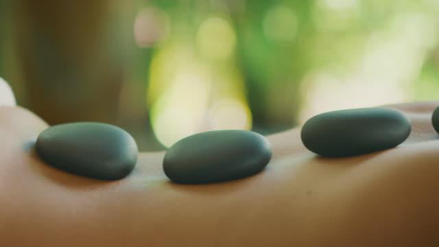 kojący masaż gorącymi kamieniami - terapia lastone filmów i materiałów b-roll