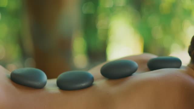 a soothing hot stone massage - terapia lastone filmów i materiałów b-roll