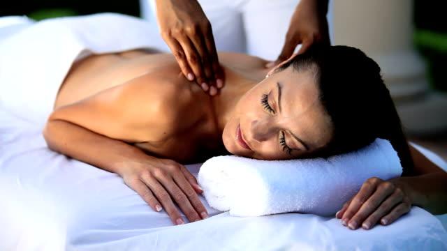 elegancki kobieta o masażu - zabieg spa filmów i materiałów b-roll