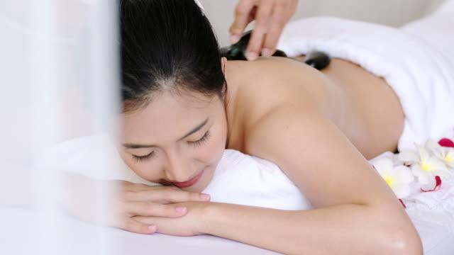Anspruchsvolle Spa Behandlungen und Massagen für Entspannung. – Video