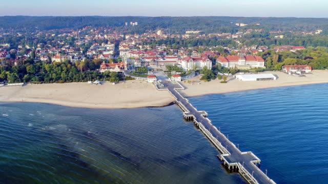 resort sopot, polen. holzsteg mit marina. aerial video - ostsee stock-videos und b-roll-filmmaterial