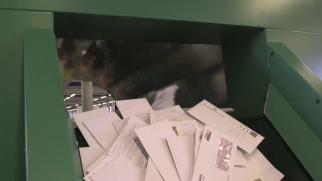 vídeos de stock e filmes b-roll de sorting letters in centrifuge - correio