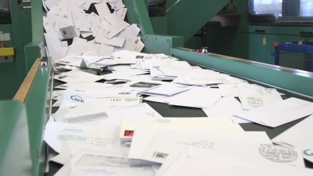 vídeos de stock e filmes b-roll de sorting letters on tapis roulant - detail - correio