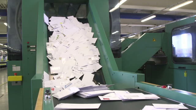 vídeos de stock e filmes b-roll de sorting letters on tapis roulant - correio