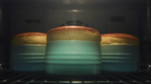 vídeos y material grabado en eventos de stock de souffle rise in ramekins - suflé