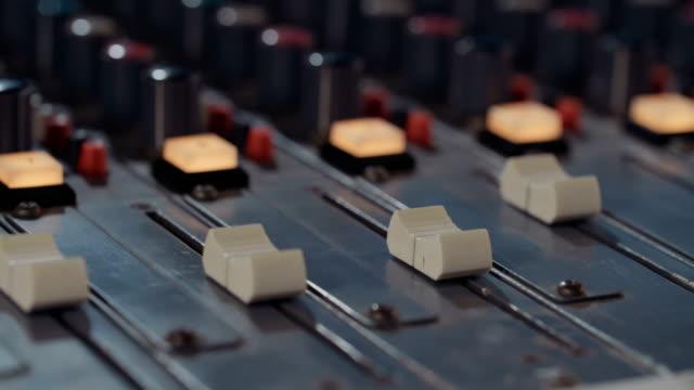 tontechniker in einem musik-tonstudio arbeiten an ein mischpult - aufnahmegerät stock-videos und b-roll-filmmaterial