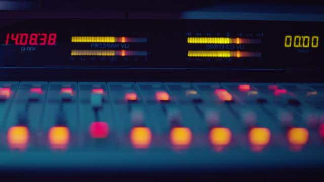 sound engineer arbeitet mit sound control desk in studio - aufnahmegerät stock-videos und b-roll-filmmaterial