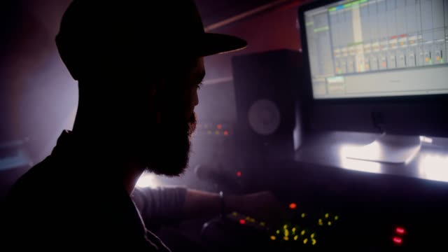 vídeos de stock, filmes e b-roll de engenheiro de som trabalhando no mixer de som no estúdio de produção de post - dj