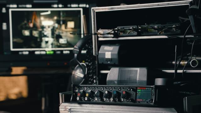 サウンドミキサーとサウンドエンジニアのフィルムセット - 映画用カメラ点の映像素材/bロール