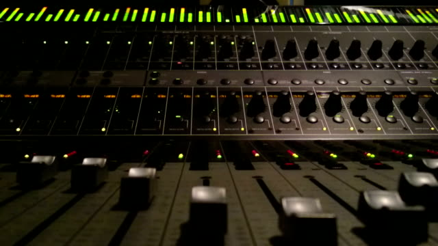 sound mischpult - aufnahmestudio stock-videos und b-roll-filmmaterial