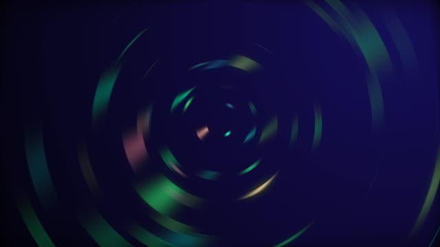 vídeos de stock, filmes e b-roll de ondas sonoras no espectro arco-íris de cores circulando sobre fundo preto. - padrão repetido