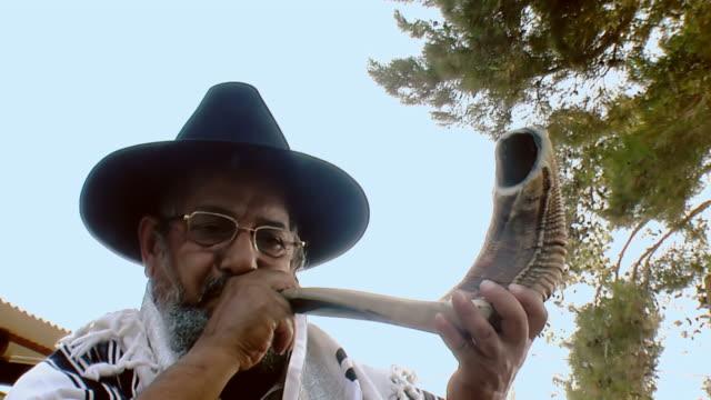 sounding a shofar - rosh hashanah 個影片檔及 b 捲影像