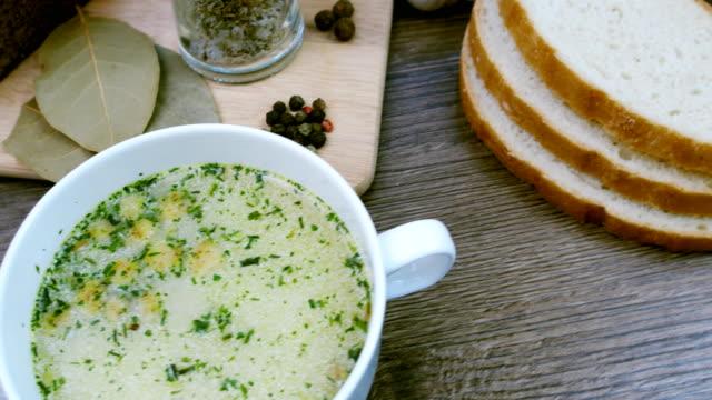 stockvideo's en b-roll-footage met soep versierd met verse groenten en brood. - groentesoep