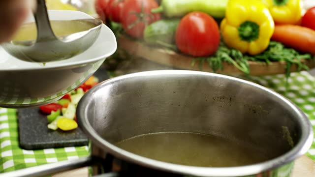 stockvideo's en b-roll-footage met soep - groentesoep