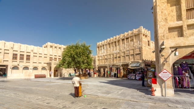 souq waqif timelapse hyperlapse in doha, qatar - paesi del golfo video stock e b–roll