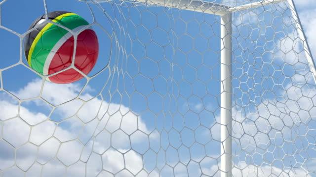 vídeos de stock e filmes b-roll de áfrica do sul de bola notas em câmara lenta com céu de fundo - campeão soccer football azul