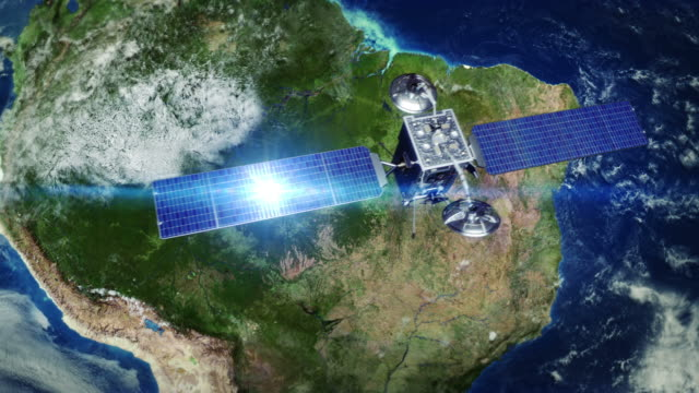 vídeos de stock, filmes e b-roll de américa do sul. telecomunicações via satélite orbiting terra. - brazil map