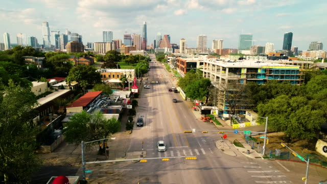 stockvideo's en b-roll-footage met south congress avenue sunset lang perspectief in de hoofdstad austin texas cityscape uitzicht - texas