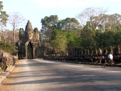 südtor von angkor thom - kambodschanische kultur stock-videos und b-roll-filmmaterial