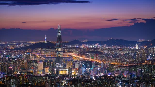 seul şehri güney kore silueti, namhansanseong kalesi 'nde lotte dünya alışveriş merkezi ile güney kore 'nin en iyi görünümü. - güney kore stok videoları ve detay görüntü çekimi