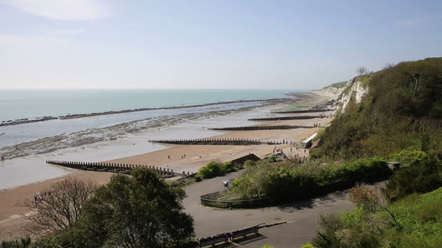 south west part of eastbourne beach east sussex england - sud est video stock e b–roll