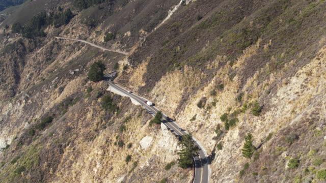 vídeos de stock e filmes b-roll de southbound traffic through big sur - drone shot - montanha costeira