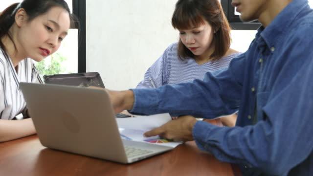 vidéos et rushes de 3 personnes de l'asie du sud-est, travailler ensemble - indonésie