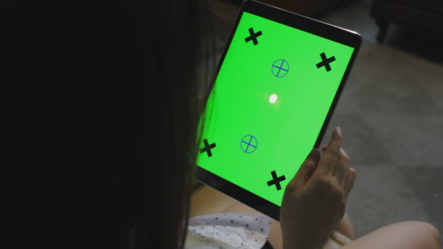 vídeos de stock, filmes e b-roll de sudeste asiático mulher olhando para a tela do tablet verde - trabalho de freelancer